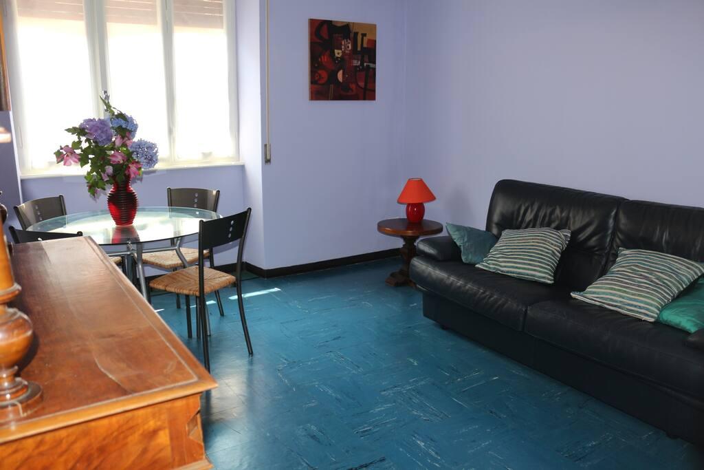 sala da pranzo con divano letto