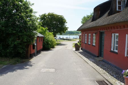 Idillical and old fishermans house - Løgstrup - House