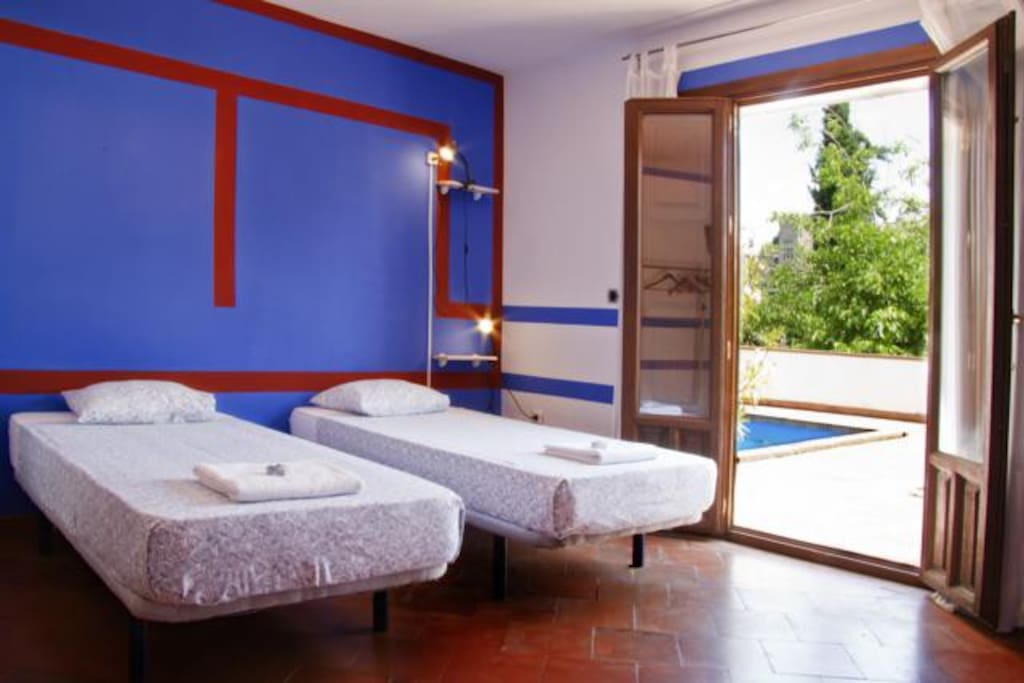 Twin bed room jump in the pool chambres d 39 h tes for Chambre d hote espagne