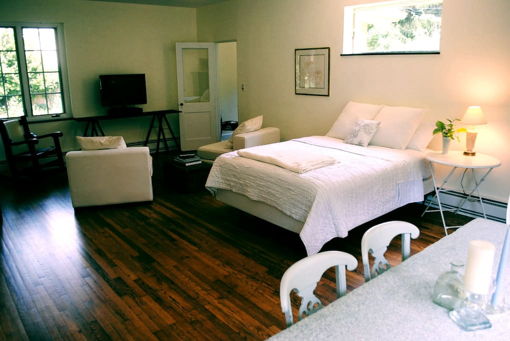Kenilworth neighborhood studio.  Very clean and comfy.  Located in a quiet old neighborhood right next to downtown and Biltmore Village.