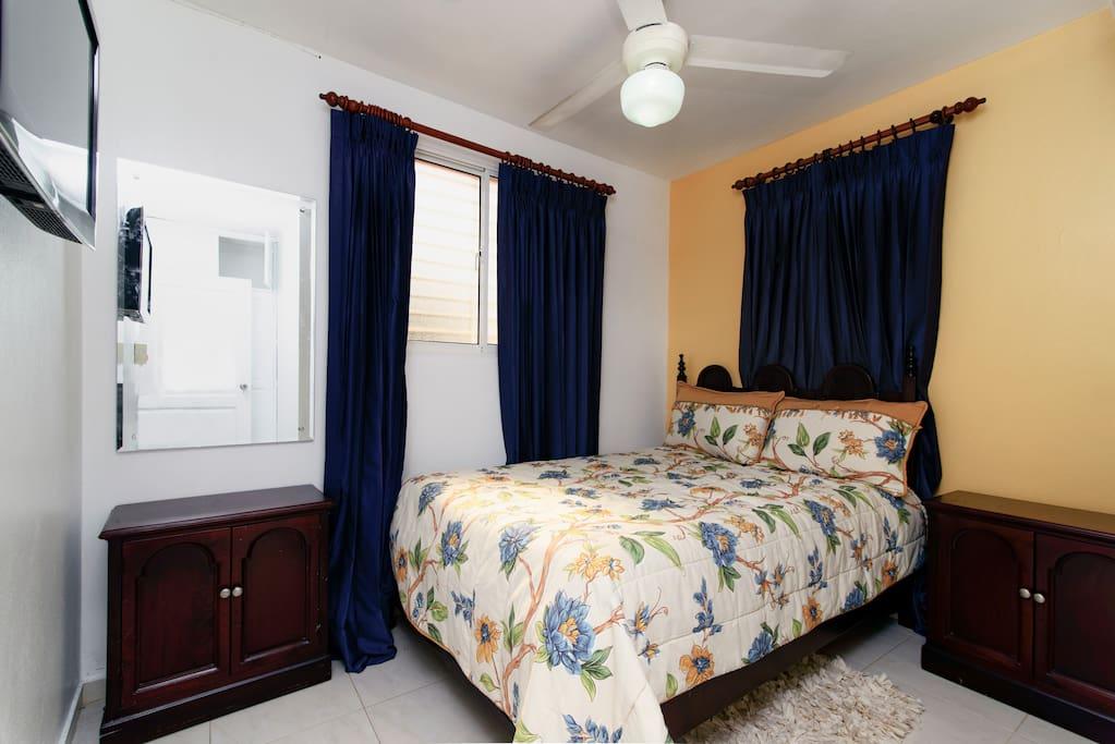Bedroom w/ full size bed/ Cuarto principal