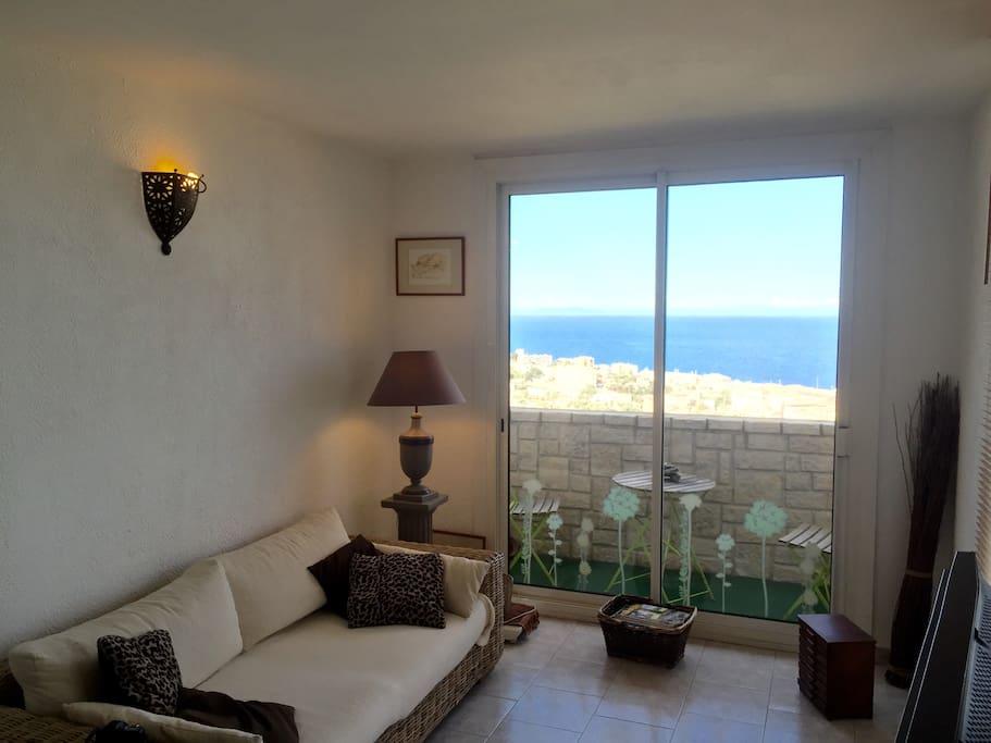 Salon avec vue sur la ville de Bastia