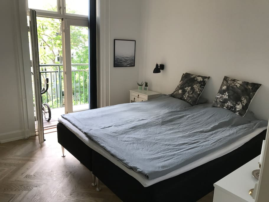 Bedroom with access to the balcony