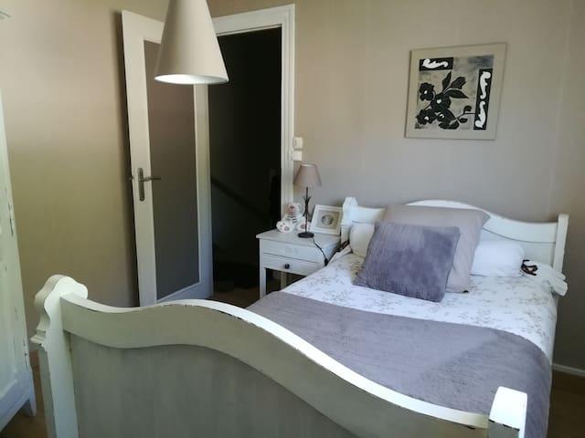 Jolie chambre une personne, couleur douce, lit une personne, commode, table de chevet
