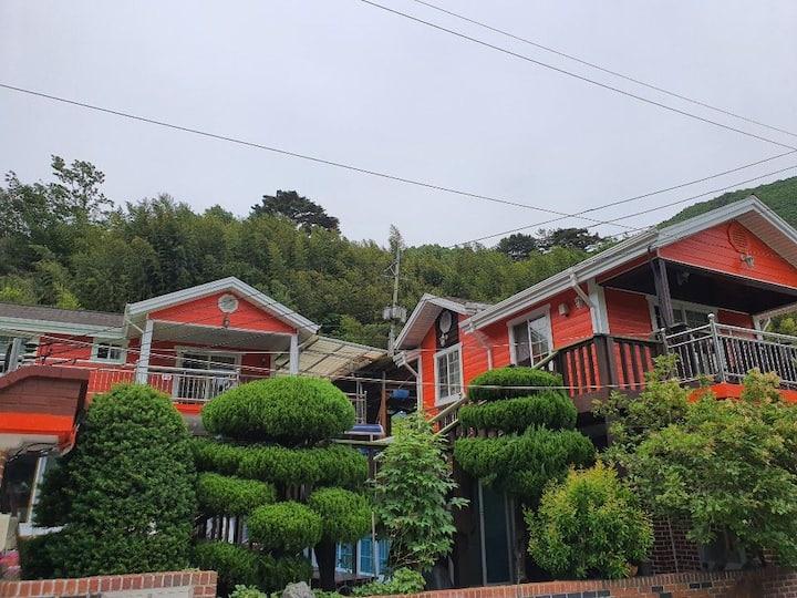 지리산 산중펜션-초롱불방 자연수영장 거림계곡옆 예치마을
