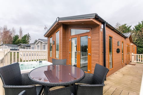 Juniper Luxury lodge with hot tub