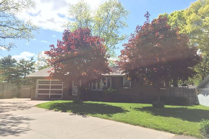 Modern Eau Claire Home Cozy Downstairs 4 BD 1 BA