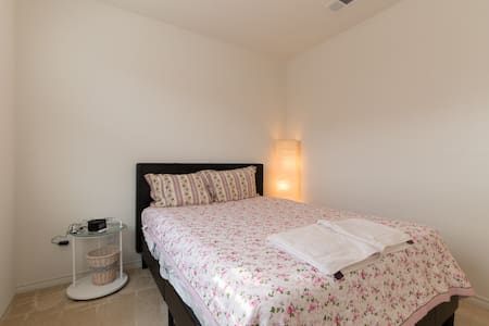 Queen room 1 in brand new detached house. - Torrance - 独立屋