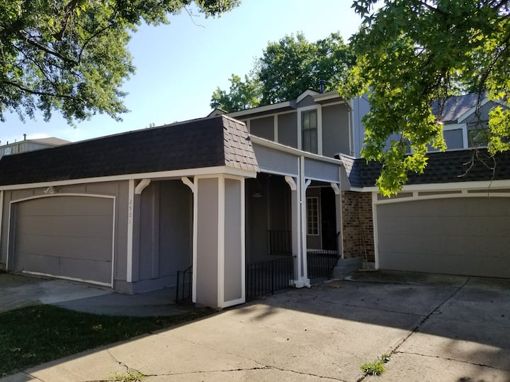 Large townhome minutes from Arrowhead & Kauffman!