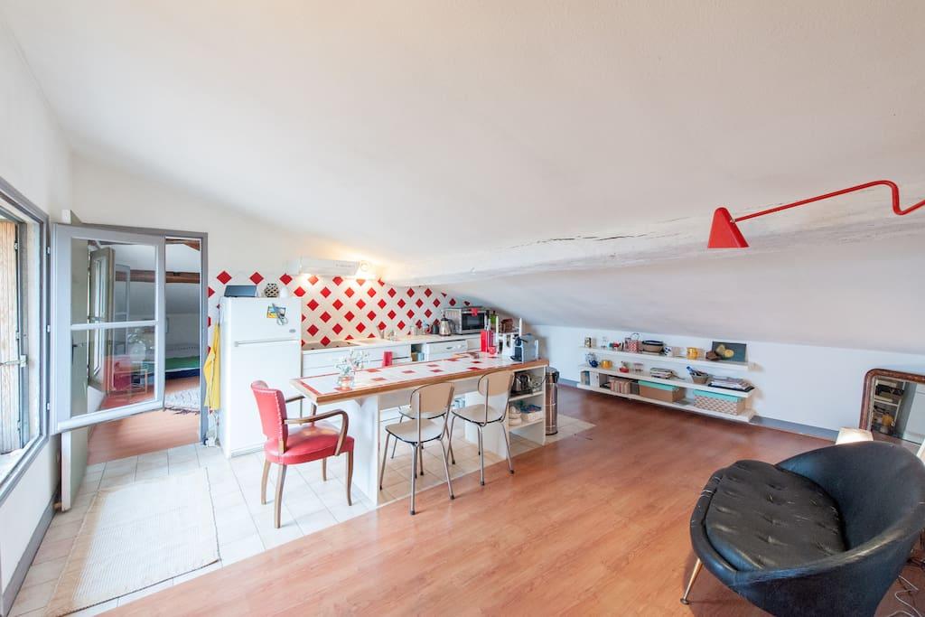 cuisine équipée et petit coin salon