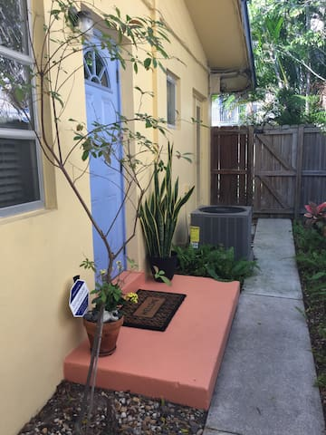 Studio 1 BR/Bth w/parking included - Fort Lauderdale