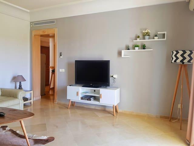 Le salon équipé d'une grande télé écran plasma avec toutes les chaînes françaises et anglaises.