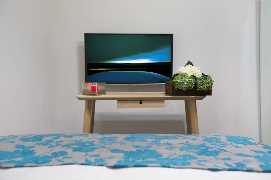 TV set and working table 电视和工作区