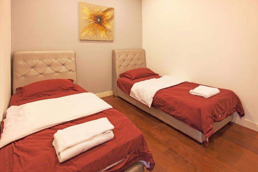 两张120cm单人床  single beds x2