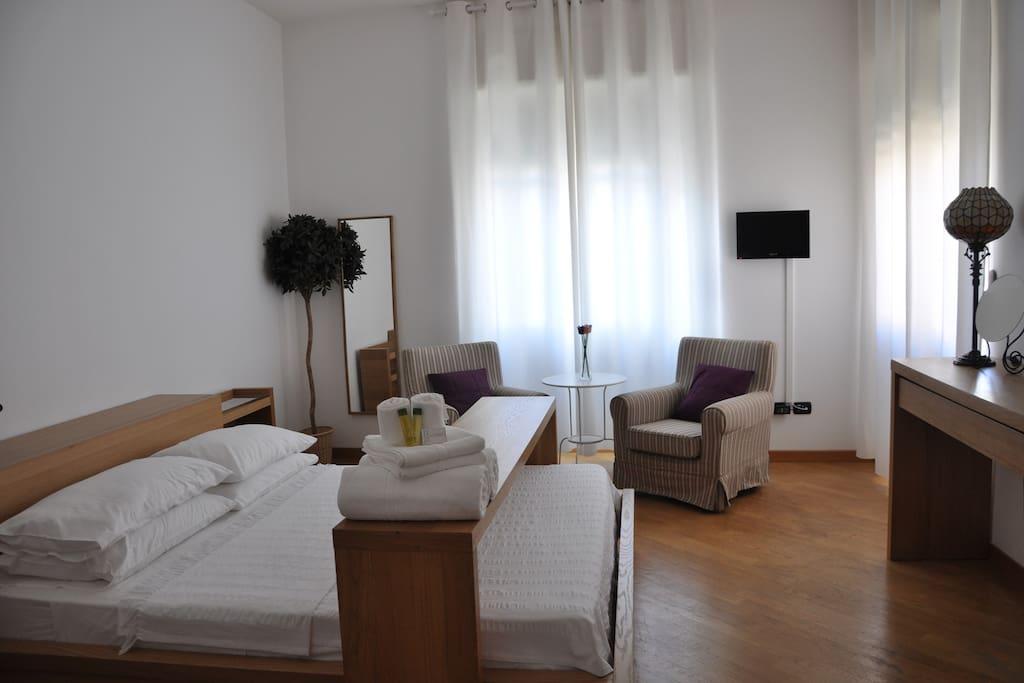 Bright room near porta cristina chambres d 39 h tes louer for Chambre d hote sardaigne