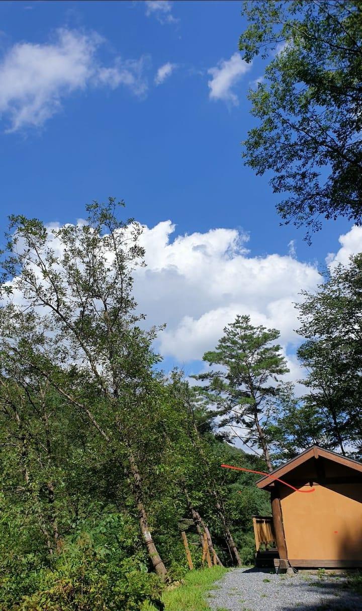 """""""숲속의 작은집"""" 황토방 청정지역의 계곡과 넓은 테라스에서 힐링하는 온돌 황토방입니다."""