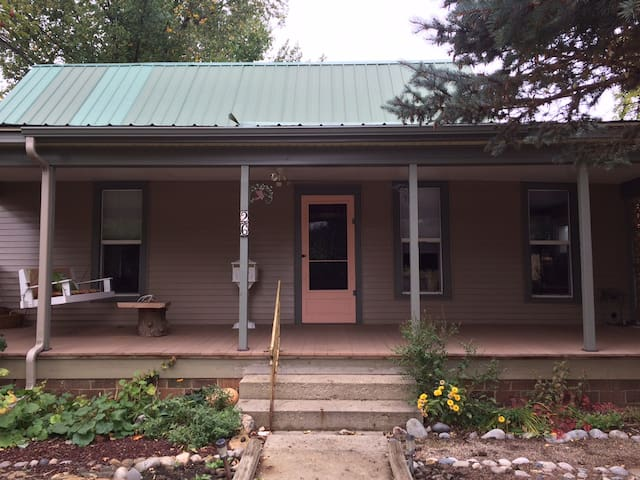 Relaxing Retreat 3 blocks from Historic Downtown