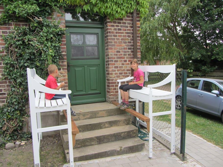 Auf der Treppenbank Wein trinken, Kaffeplausch halten oder mit den Kindern spielen.