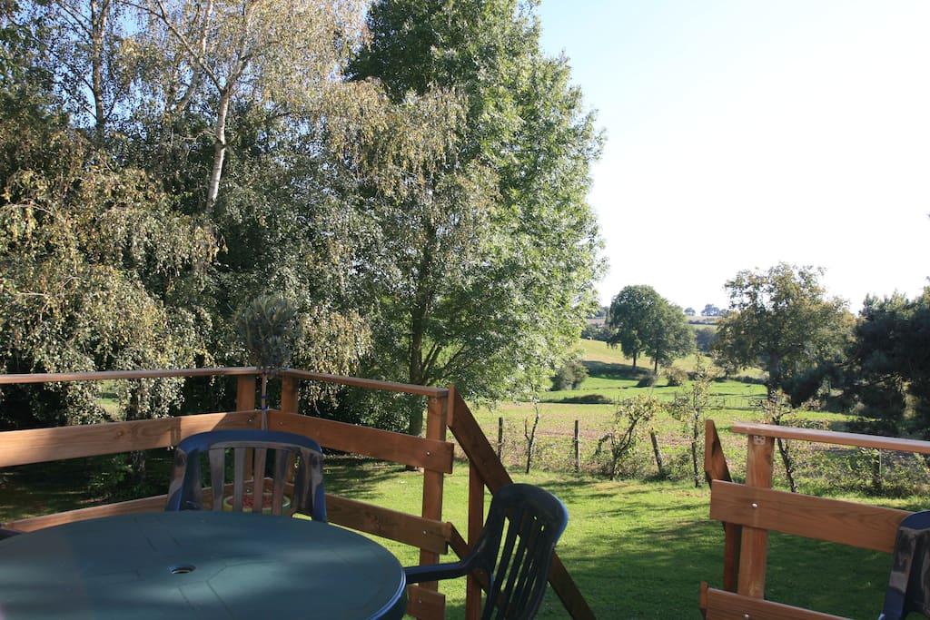 vue de la terrasse sur le vallon et votre jardin