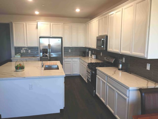 Private NEW home in Henderson: gated / big yard!