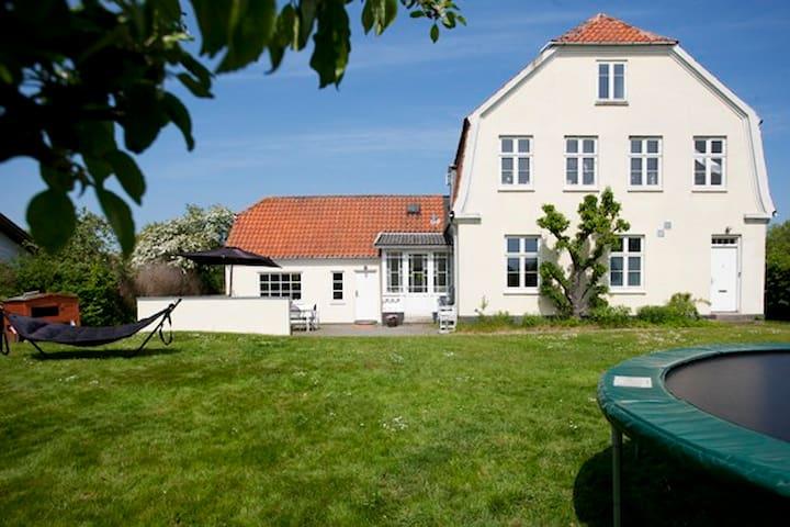 Patriciervilla midt i Præstø by - Praesto - Huis