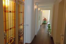 Listoni in teak per dare esasperazione alla dimensione di lunghezza luci a pavimento