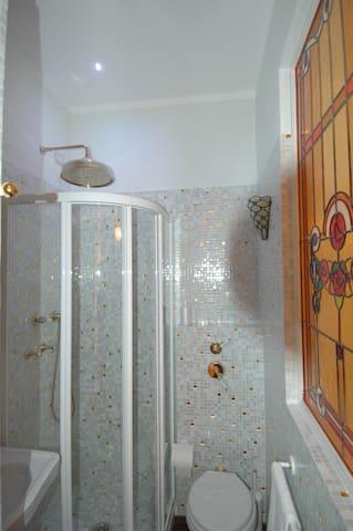 secondo bagno. con lavatrice e scaffali. doccia con cromo blu therapy soffione a pioggia Davon &Davon