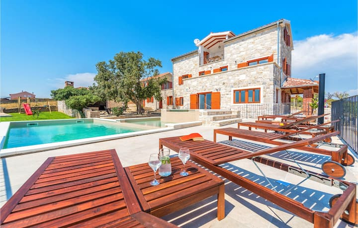 Amazing home in Tinj with Outdoor swimming pool, Jacuzzi and 6 Bedrooms