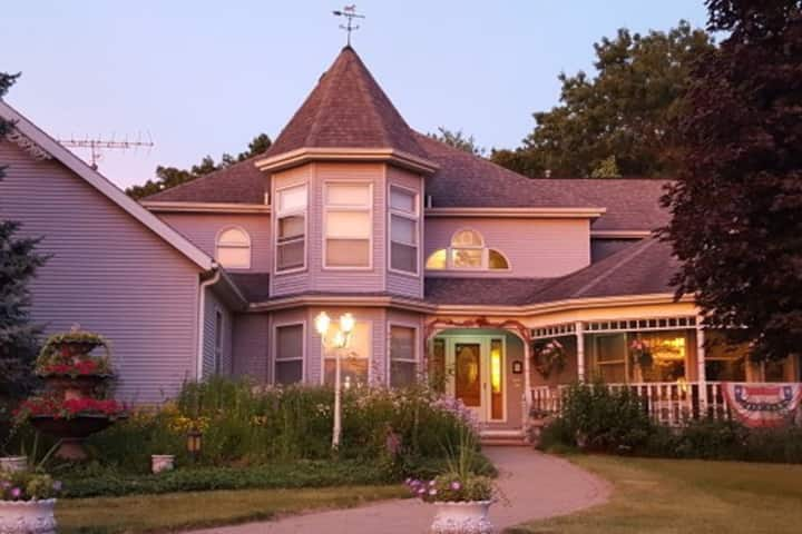 Cameo Rose Victorian Country Inn-White Eyelet Room