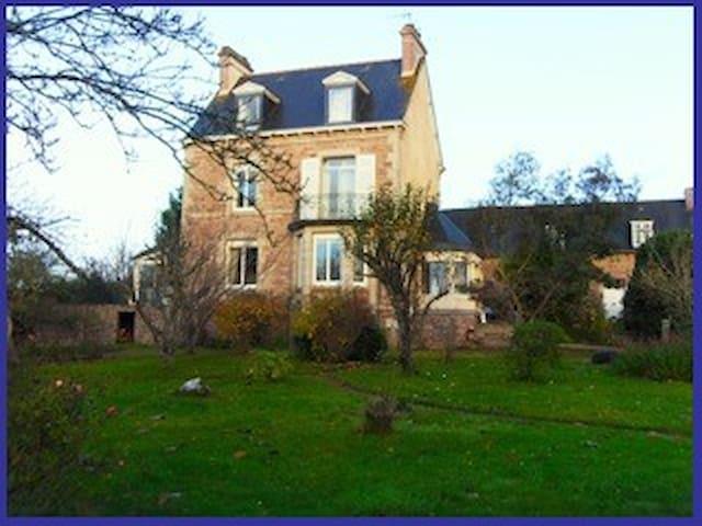 Maison de famille à 10km de Paimpol - Pléhédel - Huis