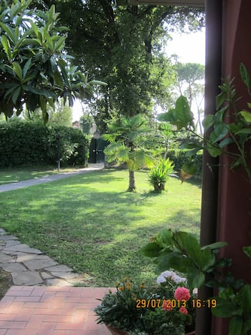 The Pink Cottage between green oaks - La Cinquina - Bufalotta - Villa