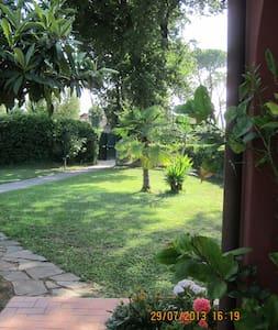 The Pink Cottage between green oaks - La Cinquina - Bufalotta