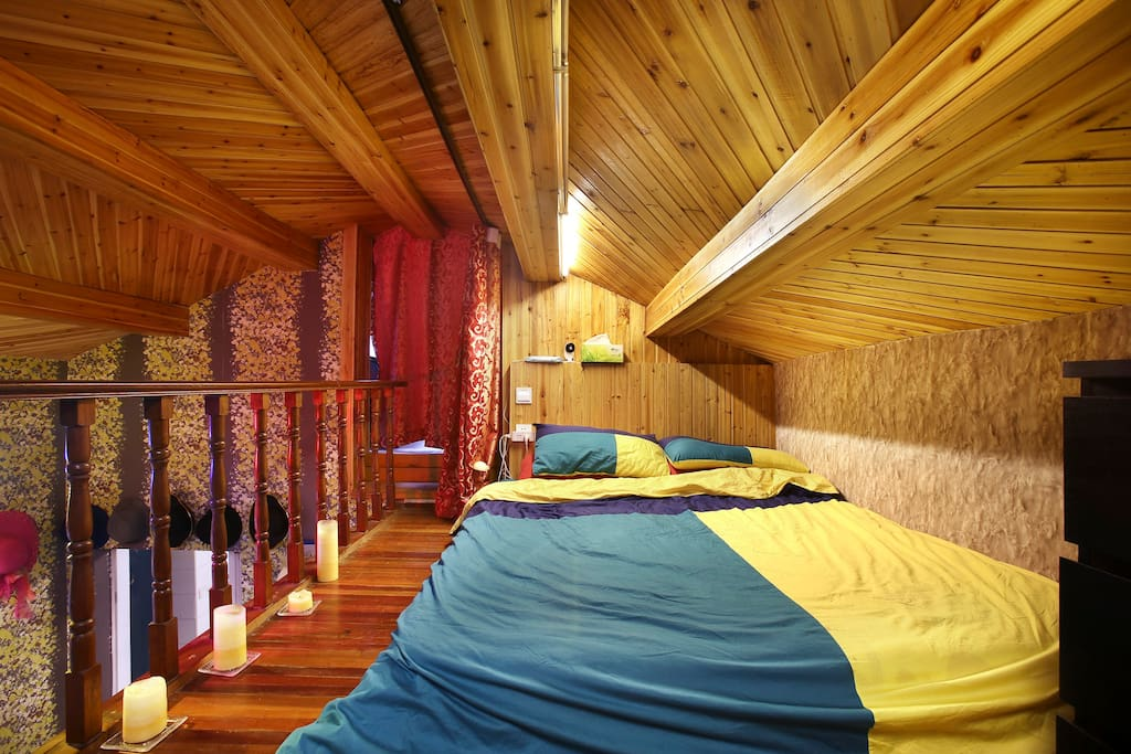 Attic Bedroom (no translating to the cloakroom behind the curtain, there's camera in it) 阁楼卧室(帘布后的衣帽间禁止进入,内有摄像头)