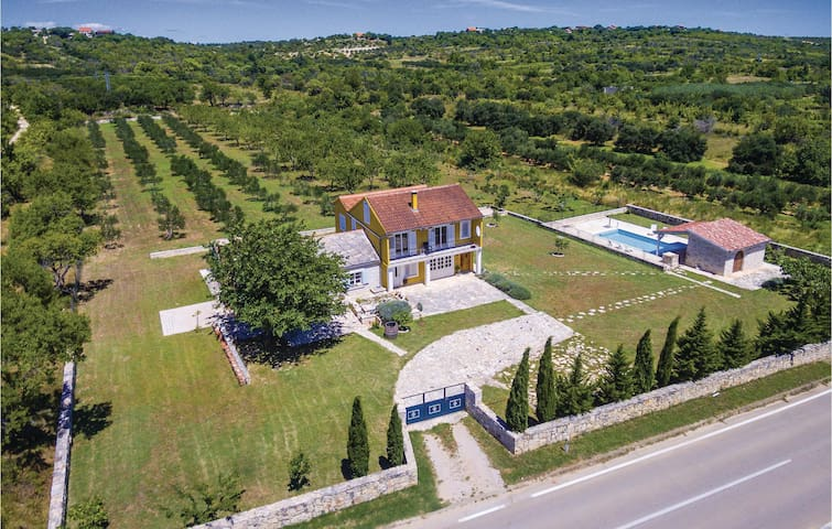 Holiday cottage with 3 bedrooms on 179m² in Bukovic