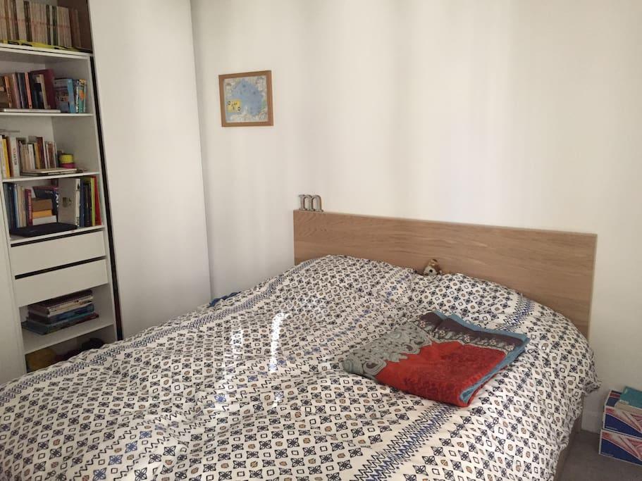 Chambre avec un grand lit double et une penderie/dressing