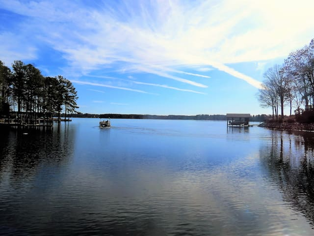 NEW! 2800sqft Main Lake Sandy Shore Boat House Pet - Henrico