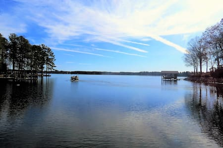 NEW! 2800sqft Main Lake Sandy Shore Boat House Pet - Henrico - Hus