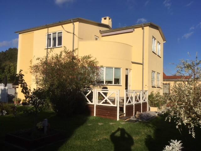 Hel 1.sal på villa, 80 m2.  balkon.