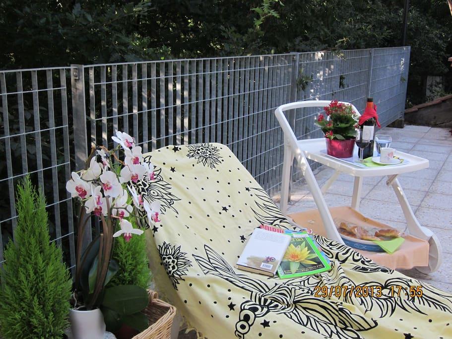 Nella bella stagione in Primavera o d'Estate ci si può rilassare  in giardino!