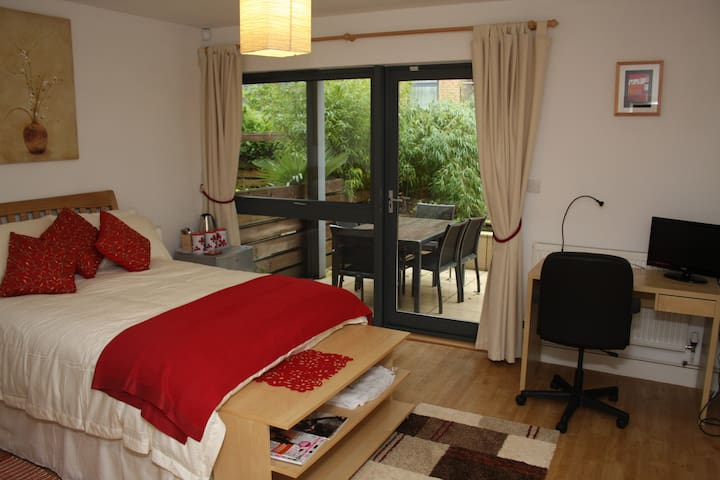 Contemporary Private Bedsit - Bristol - Townhouse