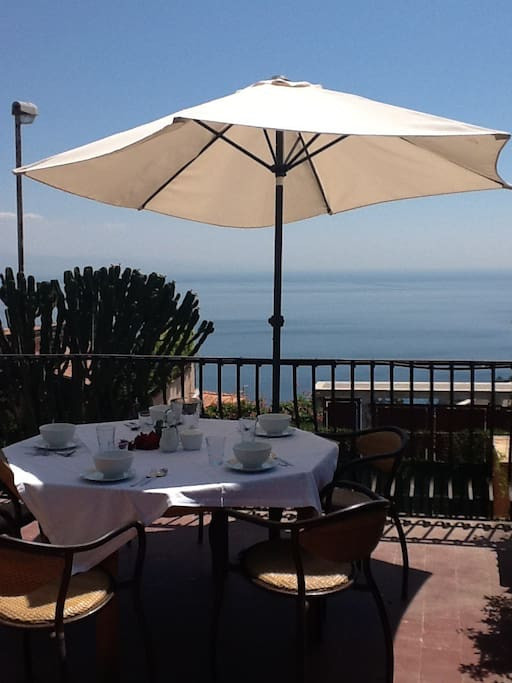Breakfast in the terrace with seaview