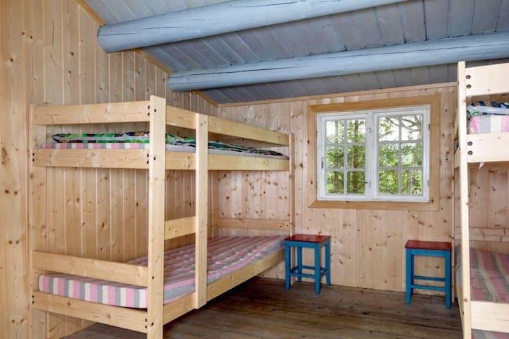 Romantisk soverom med fire køyesenger.Det er dyner og puter i hytten, men ikke sengetøy.  Leie av sengetøy, laken, dynetrekk og putevar: kr 100,- pr sett