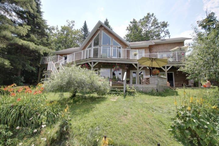 Beautiful Lake House in Laurentians - Brownsburg - Huis