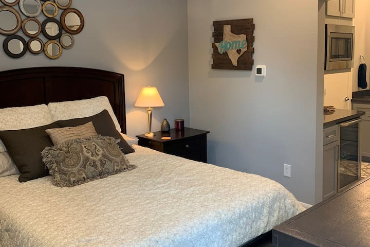 Ideal, comfortable, one-bedroom suite, downtown