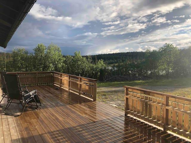 Terrassen med utsikt til vannet. Sol fram til ca kl 22 om sommeren
