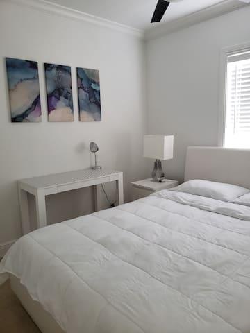 BEDROOM (2) QUEEN BED