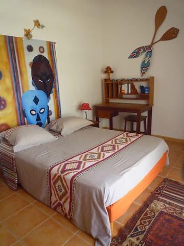 chambre climatisée donnant sur terrasse  vue mer ,lit 160 cm et coin kitchenette.