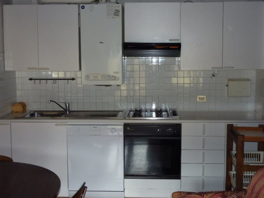 Kitchen (with dishwasher and oven)