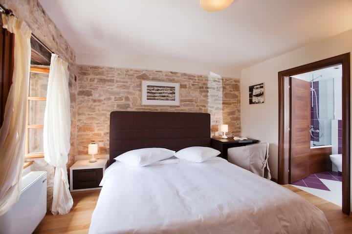 Villa Poropati, Groznjan, Istria - Wing B (1. floor): En-suite bedroom with king size bed (180cm x 200cm)