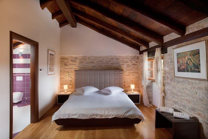 Villa Poropati, Groznjan, Istria - Wing A (2. floor): En-suite bedroom with king size bed (180cm x 200cm)